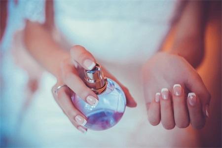 女士喷香水的正确方法,最后一点让香水也能成为体香
