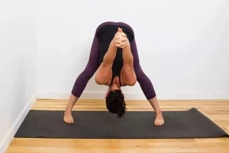 女性保持年轻的秘诀,练好瑜伽动作中的倒立式