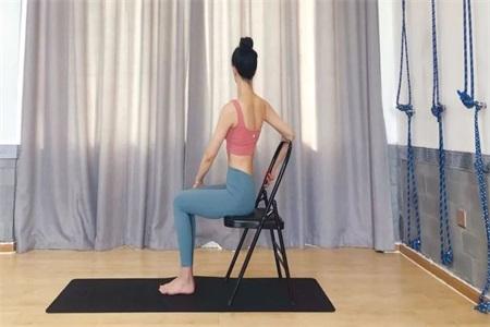 瑜伽初学者必练的瑜伽动作,只需要一把办公椅就能练习