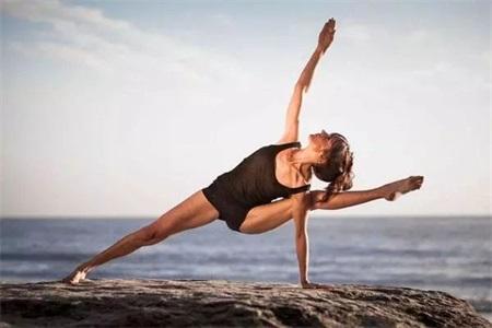 练瑜伽的好处,四组动作帮助女性瘦大腿实现小蛮腰