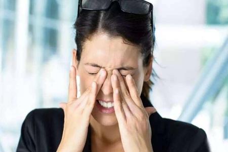 引起眼睛模糊的五个原因,不能随便用眼药水解决