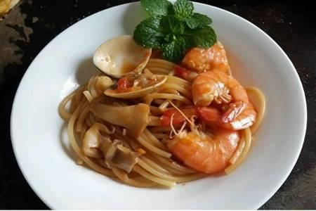 意大利面的家常做法,懒人必会的奶油培根和番茄肉酱口味