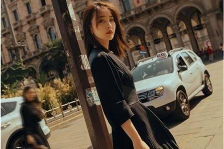 《决胜法庭》张佳宁街拍成可爱女生,黑色套装成为标配