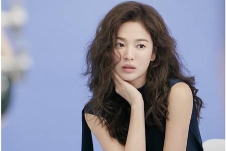 宋慧乔复古卷新发型拍代言,离婚后首个广告慵懒卷发超减龄