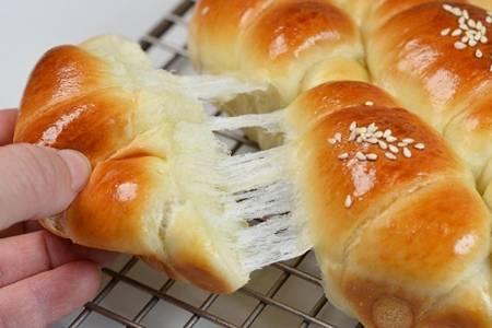 家庭版面包的做法,学会这个步骤面包也能拉丝