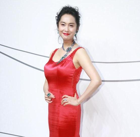 46岁朱茵与46岁小陶虹,网友:没有对比就没有伤