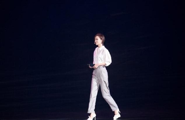 34岁王珞丹与34岁白百何同穿白衬衫