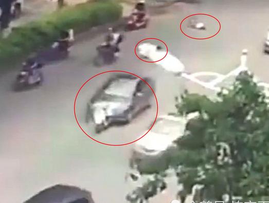 司机驾车撞飞2人后自己翻身才停下!