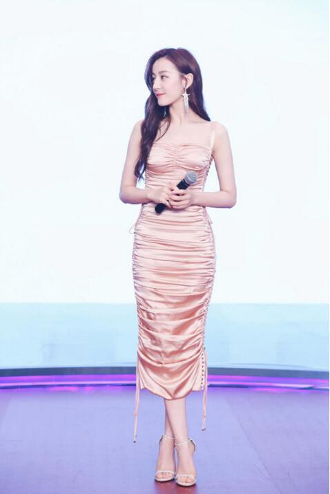 迪丽热巴穿长裙示范:身姿优美,性感迷人