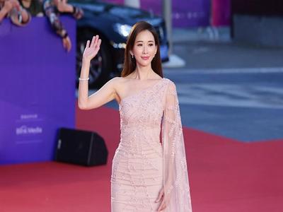 林志玲穿一身黄裙,少女感爆棚