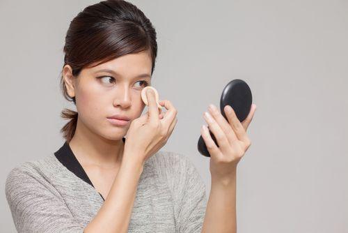 如何选择底妆和补妆,打造清透持久妆容
