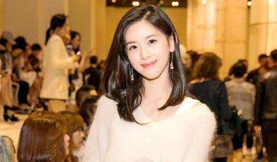 豪门章泽天和女星杨颖同穿吊带裙,差距小得了吗?!