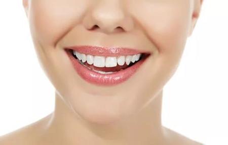 亮白的牙齿,才是美女的标准