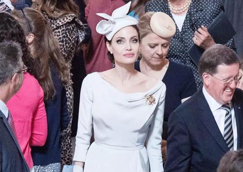 安吉丽娜•朱莉参加活动,素雅套装难掩美貌