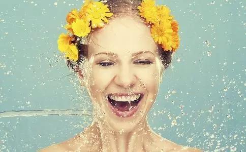 错误的洗脸方法,让你皱
