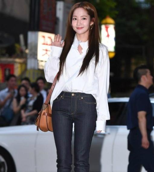 朴敏英牛仔裤太紧身和韩剧中大不同,网友表示要撑破了!