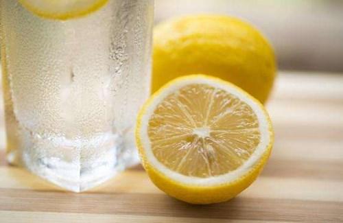 夏天经常喜欢泡柠檬水的女性注意啦!这样泡的话柠檬营养都没了