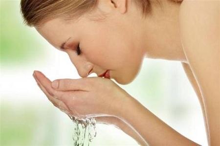 女生在使用洗面奶时,正确的洗脸方式