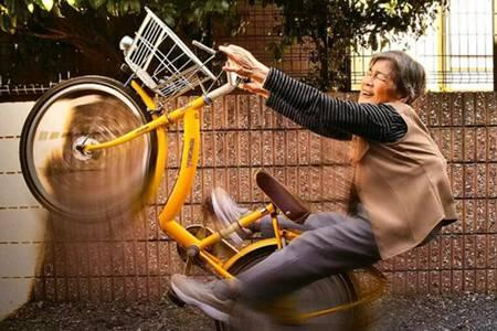 凭借脑洞清奇的自拍,90岁的她成为摄影界扛把子
