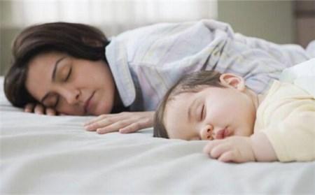 晚上宝宝突然醒来有哪些原因导致?有时候妈妈不用大费周章