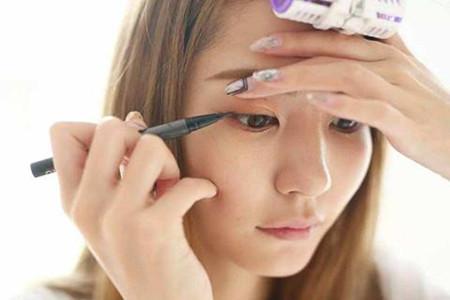 眼妆顺序十分重要,画错妆容让你双眼失神