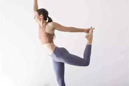 女性练习瑜伽体式,平稳施力才能保护膝盖