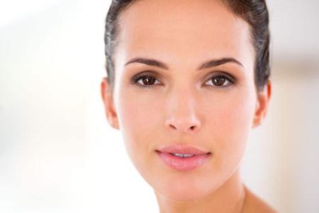 女生肌肤换季过敏,发红的肌肤还能化妆吗