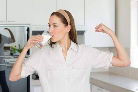 女生拼命控制饮食却瘦不