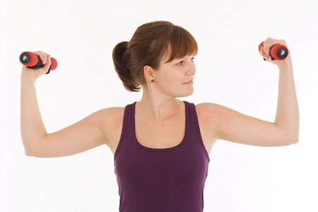 力量和拉伸结合瘦手臂,女性挥舞出天鹅臂