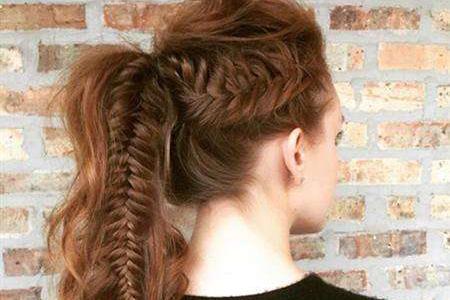 单调的马尾也能很时尚,这样做让你的发型俏皮可爱