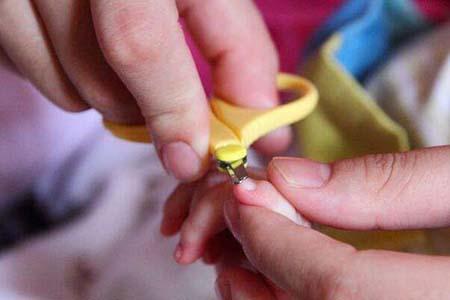 给婴儿剪指甲看似很简单,但这三个方面需要你注意