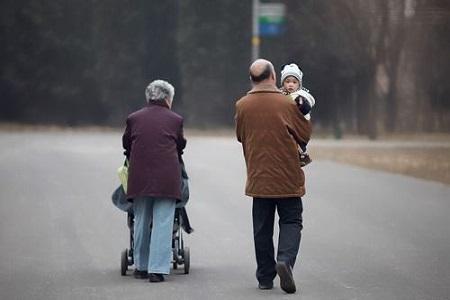 老人带娃和父母带娃有啥