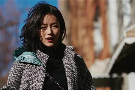 围巾配上这种发型,女生气质提升不只一点点