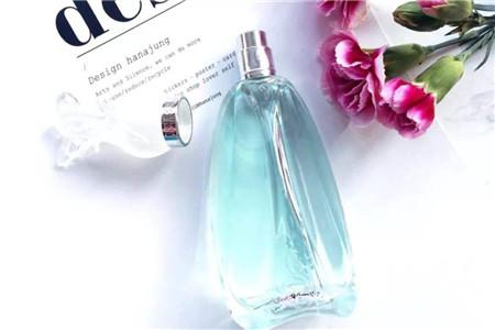 女性香水芬芳馥郁,彰显不流于俗的典雅气质