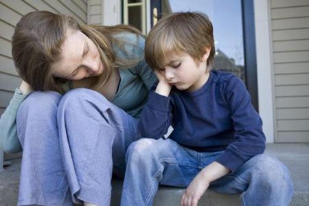 母亲不要逼迫孩子社交,引导才能改善孤僻