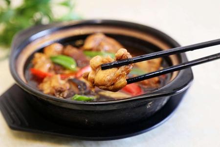 流行全国的黄焖鸡米饭,究竟是怎样做出来的