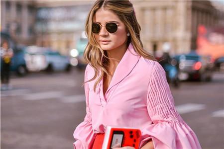 粉色衬衫成为春季热门,秦岚姚晨穿出优雅气质