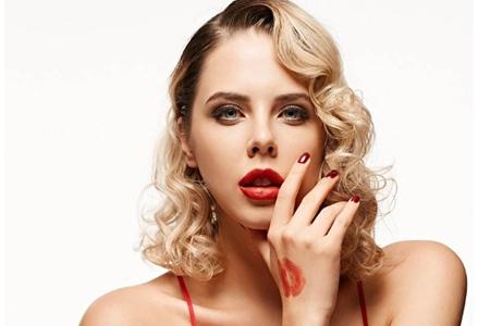 女生口红叠加出新色号,百变唇色的化妆方法