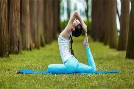 两组瑜伽动作改善肠胃不适,还能帮助你瘦腿