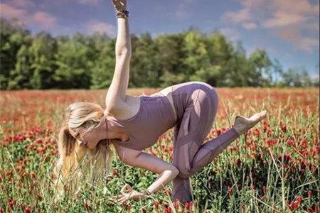 瑜伽乌鸦式的变体姿势,学会了让你身体强壮