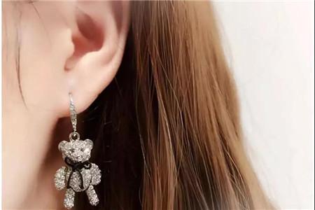精致的珍珠耳环,女孩根据脸型搭配不同款式