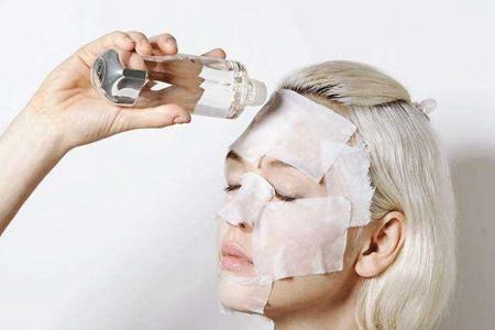 爽肤水的作用多出女生想象,学会使用方法让肌肤更嫩滑