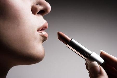 女生保持妆容的长效干净,化妆补妆都有小技巧