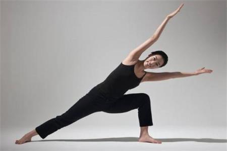 女生做瑜伽动作要标准,这样好处和作用才会翻倍