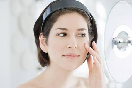 夏日防晒霜容易搓泥? 女士如何打造光滑妆容
