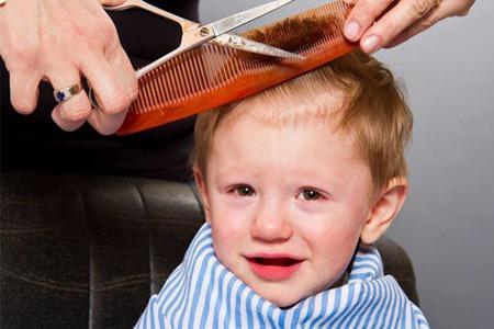 母亲自己给孩子理发,让困难工作变简单的方法