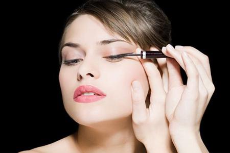 眼线笔如何画眼线才能自然好看,教你素颜眼妆小技巧