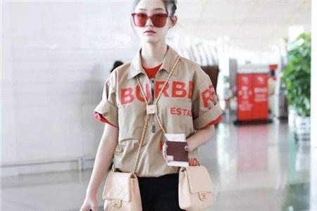 林允出街的包包叠背,成为今夏最时尚的背法