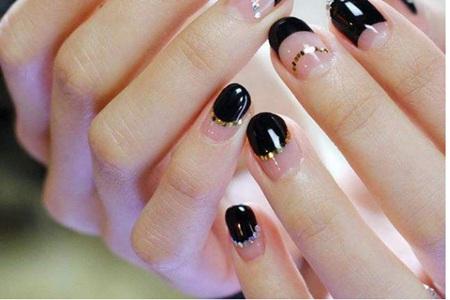 最新黑色星辰美甲教程,简单四步打造梦幻法式指尖