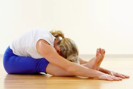 女生練好睡前瑜伽動作,享受優質睡眠,還能提升氣色